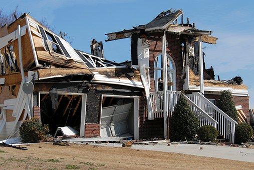 Szkoda po zawaleniu się budynku, nieruchomości, budowli lub oderwaniu się jej części a odszkodowanie i zadośćuczynienie