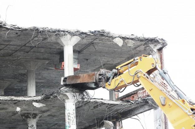 Do kogo powinna być skierowana decyzja o rozbiórce obiektu, budynku czy nieruchomości należącej do współwłaścicieli?